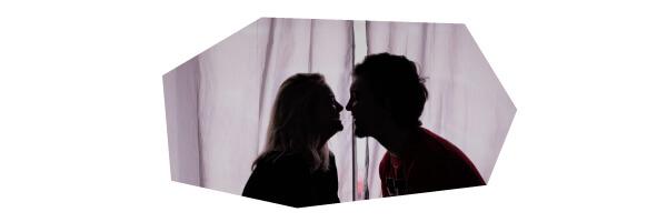 キスしている二人
