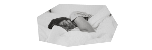 布団に寝ているセフレ