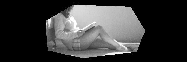 ベッドに腰掛ける人妻